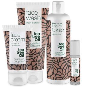 Australian Bodycare Tea Tree Set til ansigt.   Består af Face Wash, Face Tonic, Face Cream og Spot Stick.   Hjælper med uren hud og bumser.  Købt individuelt i Matas, og kun brugt et par gang.   Købt pris: 430,-  Din pris: 250,- pp. 🥰