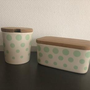 """Krukke med marmeladelåg og """"smørboks"""" med låg. Porcelæn med trælåg. Begge krukker er kun sparsomt brugt. Oprindelig pris omkring 750 kr. samlet. Sælges samlet for 300 kr."""