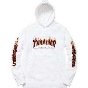 Suprême x trasher hoodie, super lækker tyk til de lidt køligere sommeraftener  Mp 500 Bin 1100 Str m fitter 170-180  Et rare og ikke mindst super nice piece