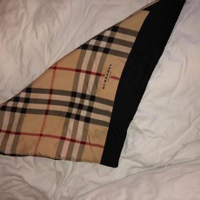 Sælger dette fine Burberry silke tørklæde🌼  Denne vare er markeret som slidt, da der er nogle lyserøde plamager på tørklædet (nogle af plamagerne kan også ses på billedet). Plamagerne er ikke voldsomme.   Skriv endelig hvis der ønskes flere billeder😁