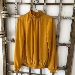 Semi transparent bluse fra PIECES. Blusen er aldrig brugt.  ▪️Velkommen i shoppen 🤩👗☘️ ▪️Bud er altid velkomne 🌹📸💰 ▪️Sender udvalgte varer 📦🔍💌 ▪️Afhentning nær Nørrebro st. ☑️ ▪️Ingen byttehandler 🔁🌸🖖🏼🌼