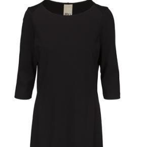 Str 40. Ubrugt kjole fra Philosophy Blues Original.  Går til under knæet. 100% polyester og og foret har 95%polyester og 5% elasthan. Fast pris. Nypris 999,-