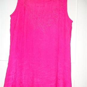 Varetype: Tunika Størrelse: S Farve: Pink Prisen angivet er inklusiv forsendelse.  Skøn tunika i A facon og med foer. Mønster foran med små perler.  Brystvidde 2 x 54 kan strækkes til 57 Længde 86 cm