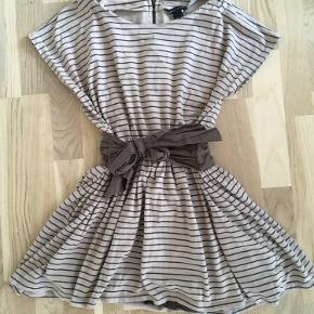 Kjole fra Mango - brugt meget få gange! Der er syet et par få sting foran, så stoffet ikke folder forkert!   Mega fin og sporty kjole ☺️  Forsendelse er inkl i prisen.   Mango sport Mango kvinder Stribet kjole i brun og beige