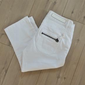 Knickers, Vila, Jeans Bukser, str. 27, Hvid, Bomuld med elastane, Ubrugt  Ny og ubrugt knikers / jeans  Har kostet 249,95 kr (250 kr ) prismærke sidder på endnu   Et par rigtig smarte shorts capri bukser / knikkers i hvid i strækstof (bomuld med elastan)  Benlængde ca. 5 cm under knæet  Sender gerne hvis køber betaler fragt 37 kr
