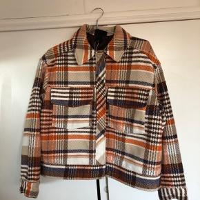 Lækker oversize jakke, som aldrig er brugt og stadig med mærke. Nypris: 700 kr. Kan sendes på købers regning eller hentes i Vejle