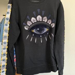Kenzo Eye Sweater i størrelse M. Købt i Sixth Avenue. Brugt meget få gange, så den er så god som ny.