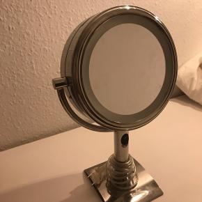 Alm. spejl på den ene side og forstørrelse på den anden side. Er brugt meget lidt, men er i super stand. Lys på begge sider.