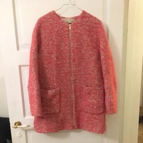 Fed jakke fra Zara - næsten ikke brugt. Guld lynlås