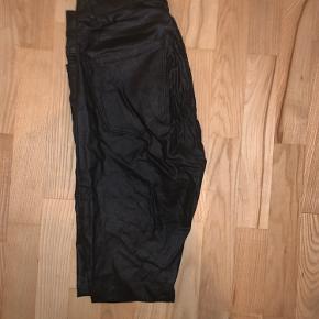 Sorte bukser med shine - sidder rigtig pænt på