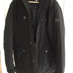 Mc Kinley jakke med hætte. Den mangler pelskanten men er eller som ny.