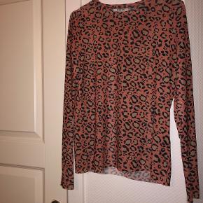 Blusen er i fin stand, og kun brugt et par gange. Blusen er lidt gennemsigtig, men ikke det store.