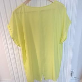 Enkel t-shirt i 100% polyester i næsten ny stand