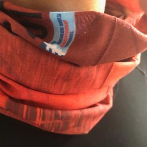 Buff, str. 45 x 23 cm  Sportslig buff til at holde halsen lun - og til at se godt ud.  I en skøn dyb orange farve.  Størrelse: Ca 45 x 23 cm  Aldrig brugt. Fremstår perfekt.