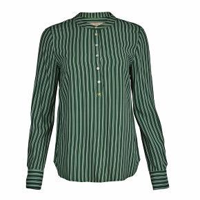 Skjorten sælges sammen med bukser der passer til, hvis man ønsker det. Jeg er åben for spørgsmål eller bud😊