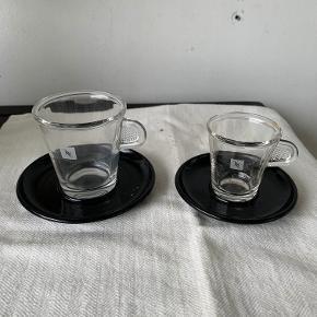 2 originale Nespresso kopper. 1 til Lungo , 1 til espresso. Glas med underkop i plast. Højde hhv 8 og 6,5 cm. Samlet pris kr 40