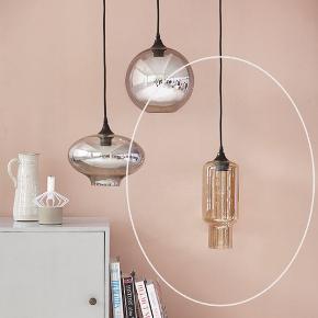 To stks House Doctor lamper sælges samlet. Der medfølger specielle aflange glødepærer der er mulige at lysdæmpe. Nypris 800 stk. Sælges samlet for 700kr.  Mål:  Højde: 31 cm Diameter (på det bredeste sted): 14 cm