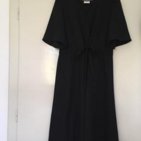 Super sød kjole fra Vila i str. 38  Brugt en enkelt gang og er derfor helt ligesom ny.  Sød deltalje bindebånd under barmen/i taljen. Giver en flot figur