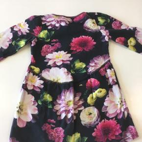 Meget flot og velholdt kjole med det fineste print 😊 str 98/104  Røgfrit og dyrefrit hjem   Hentes Esbjerg eller evt. Varde  Eller sendes mod betaling af Porto