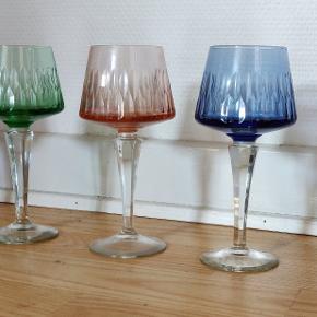 5 ældre flotte farvede håndslebne  vinglas uden skader. Højde 17 cm. Samlet pris
