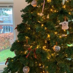 Kunstigt juletræ købt i Plantorama i 2018. 3 meter højt med sort stålfod (anden vist på foto). Sælges uden pynt og lyskæde.