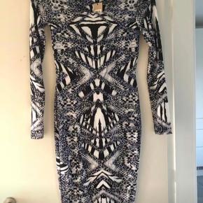 Ny, mærket sidder stadig i kjolen. Sort/hvid/grå med et svagt lyslilla strejf. Nypris 300 kr.