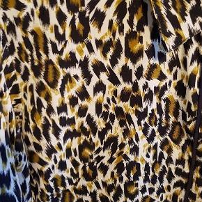 Brand: ReMinds Varetype: skjorte Farve: sort, hvis og gul Oprindelig købspris: 300 kr.  Super smart skjorte i meget blødt materiale der falder utroligt flot om kroppen - og kan derfor også sagtens bruges af en str. m som en oversize skjorte. Skjorten er aldrig brugt.