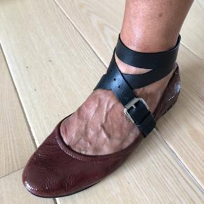 Ballerinasko i lak med læderremme Farve: terracotta/sort