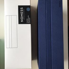 2 styk Nomess Tray Boxe i Dark Blue. Kan bruges til opbevaring af smykker, sygrej, skriveredskaber og meget mere - kun fantasien sætter grænsen.  Prisen er for dem begge.