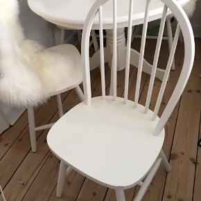 sælger mit fine runde spisebord med 4 stole  Standen er god med brugt men der er ikke rigtig synlige tegn på brug på bordet.   Stolene kunne dog bruge at blive spændt men ellers er de i fin stand!   Den ene stol har et lille knæk under men hvis man er lidt snild på fingrene kan dette nok let fikses  Skal afhentes i stueetage Er åben for realistiske bud  Rundt spisebord Hvide stole