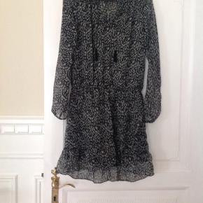 Fin neo noir kjole sælges