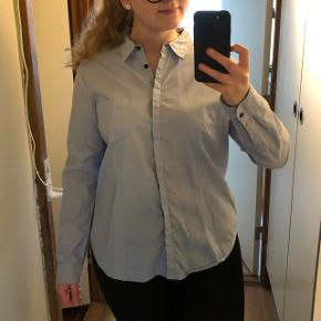 Str. 44. Lyseblå skjorte.   Gratis fragt ved køb for +200kr.  Kan afhentes i København eller sendes med DAO på købers regning.