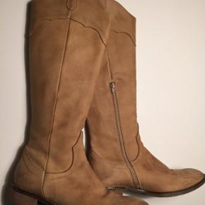 BUMPER // Beige støvle. Str.41. Støvlen er behandlet med noget oileskin, så de ikke tager imod vand. De er meget bløde at have på. Skind udenpå og inden i. De er brugt 4 gange. Nypris. 1999,-  BYD BYD