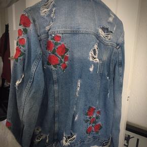 """""""Slidt"""" denim jakke med roser."""