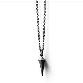 Sælger oxideret halskæde fra Line og jo  Slidtegn: for enden af spiret og visse steder på kæden  Kæden er 53cm Nypris: 1250kr Byd!