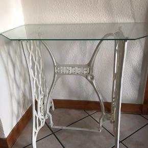"""Singer """"pynte"""" bord. Malet rustik hvid med 6 kantet glasplade.."""