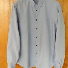 Varetype: mand skjorte Farve: Lyseblå Oprindelig købspris: 1400 kr.  Flot klassisk skjorte i lækker kvalitet fra Italienske Mauro Grifoni. Lavet i ren bomuld og stor set ubrugt. str. er 42 hvilket er en lille M. Farven er lysblå - grålig  MP 450 kr