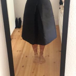 Flot a nederdel, str 44, men er lille i str.   Den er meget løs til mig, men har taget billeder med den på. Så kan man lidt fornemme den😅  Se også mine andre annoncer, giver mængde rabat. Køber betaler fragt, med mindre andet aftales. Tager altid imod bud🤗