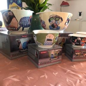 Sælger mine skønne Margrethe Røsti skåle malet af Leif Sylvester. De er lavet i et begrænset antal. De kan både gå i ovn, mikroovn , fryser og opvaskemaskine . De er af keramik  Pris for alle 7 dele 600kr