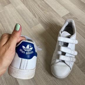 Super fine adidas stan smith sko med Velcro, sælges da jeg ikke bruger dem. Der er brugstegn da det er sko, men ikke noget voldsomt, og de er stadig flotte og hvide❤️