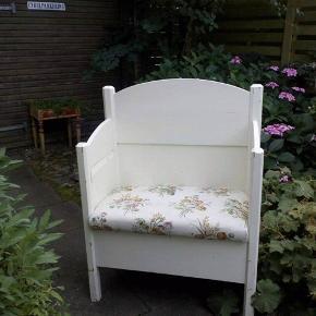 Flot bænk til entré med blomstret betræk og plads til opbevaring🌸  Kan afhentes i Grumstrup nær Hovedgård og Horsens.  Sælges billigt - byd endelig!
