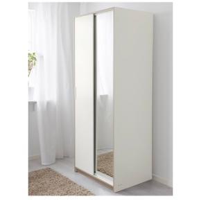 Sælger dette TRYSIL garderobeskab fra IKEA. Det fungerer som det skal og har kun enkelte brugstegn (se sidste billede).  Skabet måler 79x61x202 cm. Skabet har en bøjlestang der går bag begge låger og én(!) hylde (den øverste på billedet)  Skabet koster 1299kr fra nyt, kom gerne med et bud :)  Afhentes i Aalborg (stueetage) :) NB: kan afhentes indtil slut maj :)  Sælger også 2 IKEA TJENA kasser, som måler 35x50x30 cm og passer perfekt ind under hylden i skabet :) Kasserne koster 69kr fra ny pr stk, kom med et bud :)