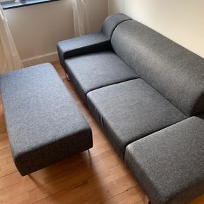 Mørkegrå 3-personers sofa fra Bolia med tilhørende aflang puf, der enten kan give sofaen en chaiselong eller fungere som puf til fødderne for flere personer 😄  Udgået model Seville fra Bolia.   Sofa: Længe: 215 cm Dybde: 97 cm Højde: 68 cm (med ryglæn)   Puf:  Længe: 102 cm  Bredde: 60 cm Højde: 40 cm  Fra et ikke-ryger hjem.