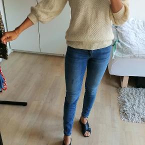 Vintage strik tshirt / bluse med knapper og ballon ærmer / ballonærmer. Har lige opdaget der er en lille plet foran på blusen. Prisen er sat derefter.