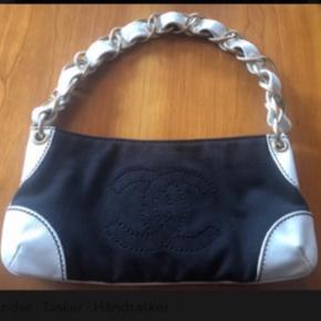 """Rigtig flot og elegant taske fra Chanel. Den er i tiptop stand og med ganske lette og få brugsspor. Naturligvis ægte med serienr.   Mål; 26 x 13 x 5cm  Lækker og elegant  """"gå i byen taske"""""""