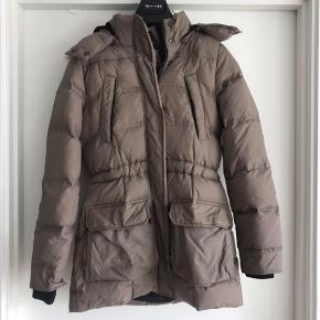 Vinterjakke fra only  Str s, i farven lysbun med pels i hætten  Hætten kan tages af, to store lommer foran og to små lommer foran med lynlås.  Nypris 549 kr