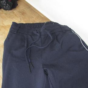 Mørkeblå poptrash bukser fra Only, str XS L 30 Bukser har en tund hvid stribe i begge sider. Indvendig benlængde ca 57 cm Hel længde ca 79 cm. Brugt 3 gange, så fremstår i en stand som ny. Nypris 300 kr  Se også mine flere end 100 andre annoncer med bla. dame-herre-børne og fodtøj