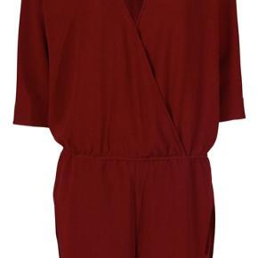 Helt ny og ikke brugt eller vasket - den lækreste buksedragt fra Designers Remix med shorts og 3/4 lange ærmer.   Farven er rustrød str. 40 / L  Den er i butikkerne nu - Nypris 1500 kr.   # jumpsuit rød Dusty red