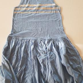 Blå kjole med sølvtryk foran. Ny. Str 170/176
