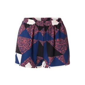 Flotte shorts med elastik foroven 100 % polyester / bytter ikke